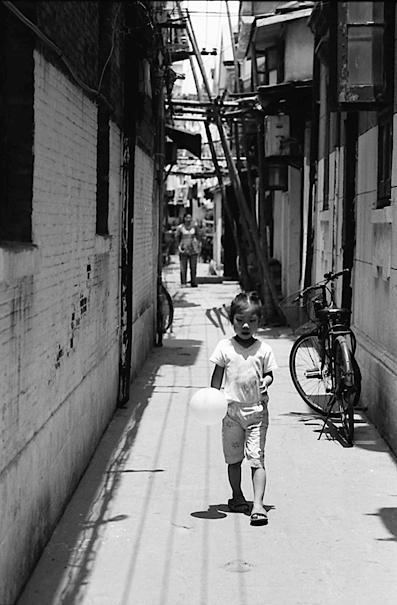 風船を手に歩くふてくされた女の子