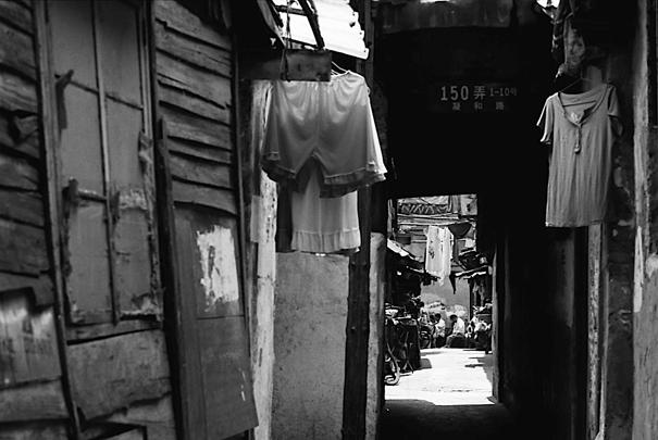 薄暗い路地に干してあった洗濯物