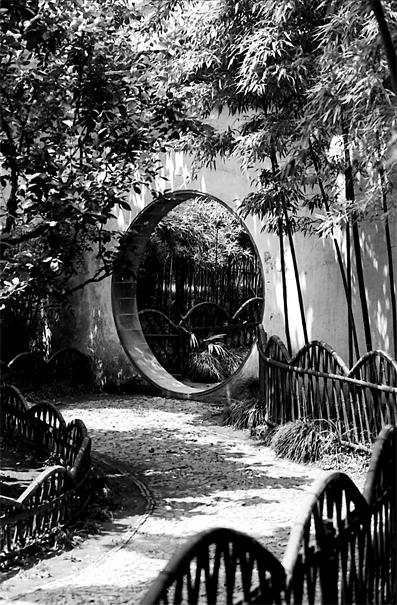 滄浪亭の丸い門