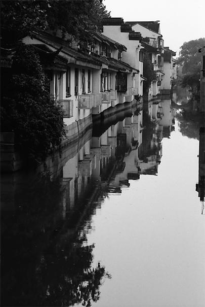 水面に映り込んだ建物