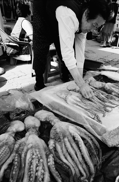束草の魚市場で蛸を売る女