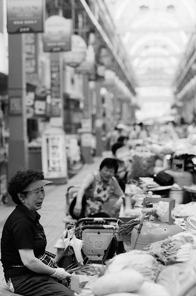 ゆったりと働く女性の露天商たち