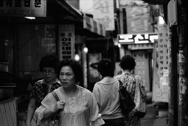 路地にいた険しい顔の女性 (韓国)