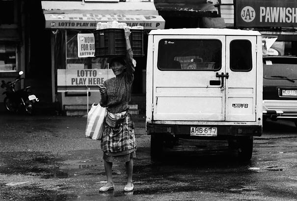 バスターミナルの中で売り歩く女性