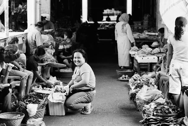 楽しそうに買い物する女性