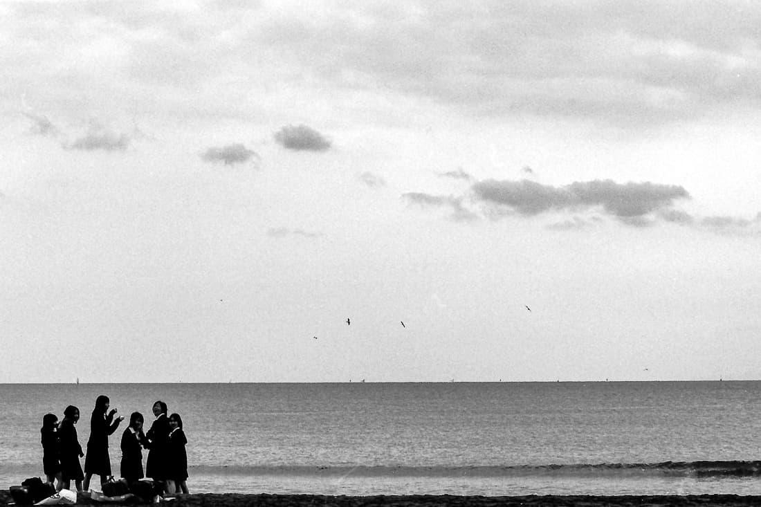 由比ヶ浜に集まった女子高生