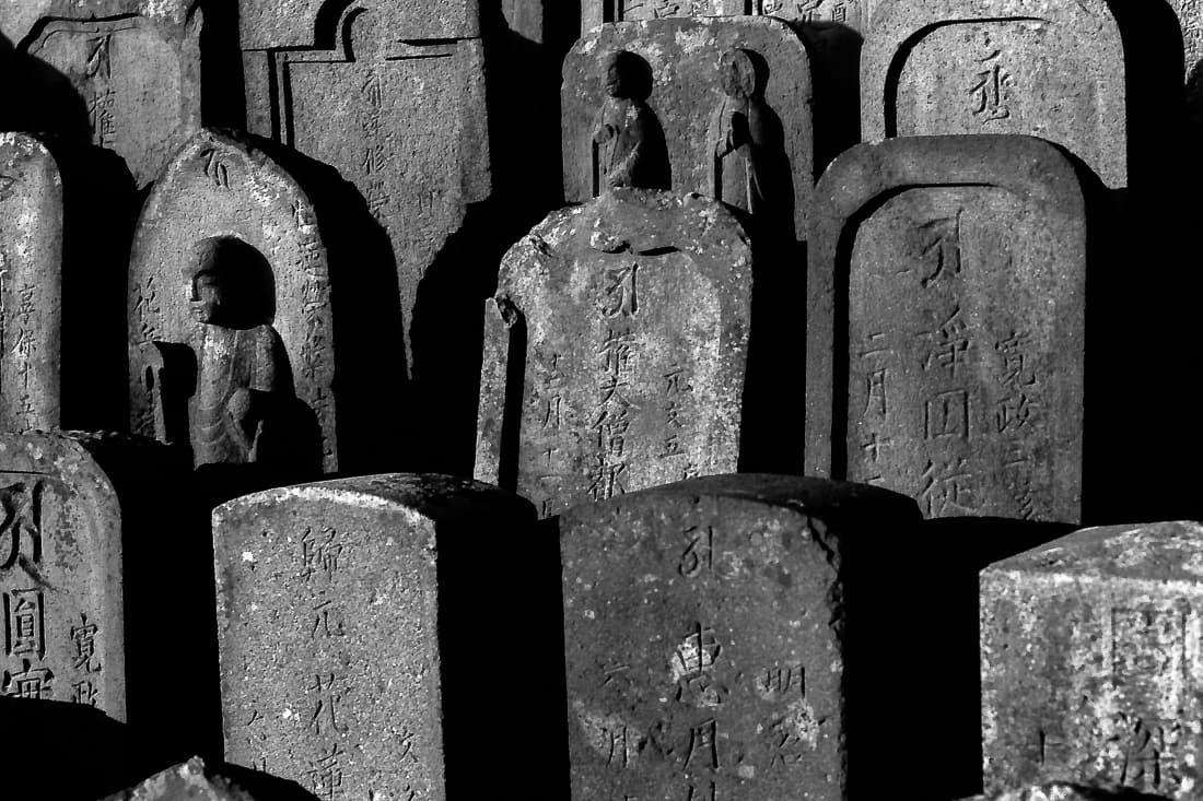 慈恩寺の境内に置かれていた沢山の石碑