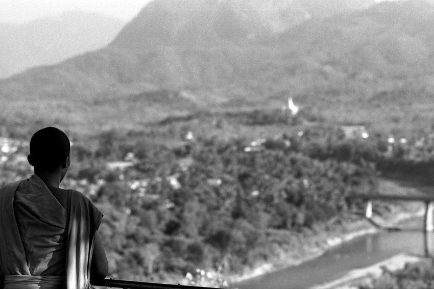 広がるパノラマを眺める僧侶