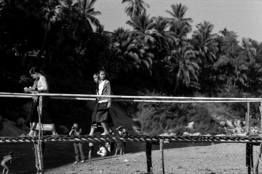 竹で作られた橋を渡る女の子たち