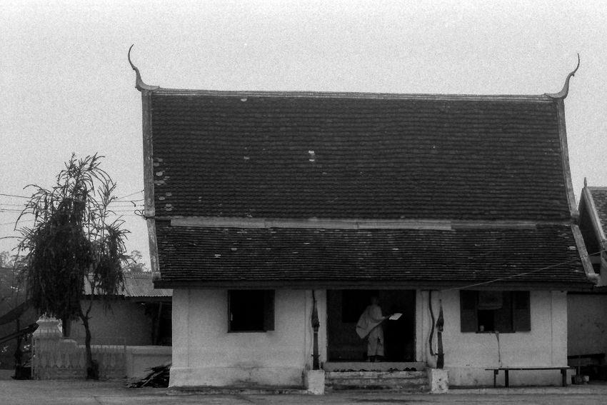 お堂の中に立つ僧侶の姿