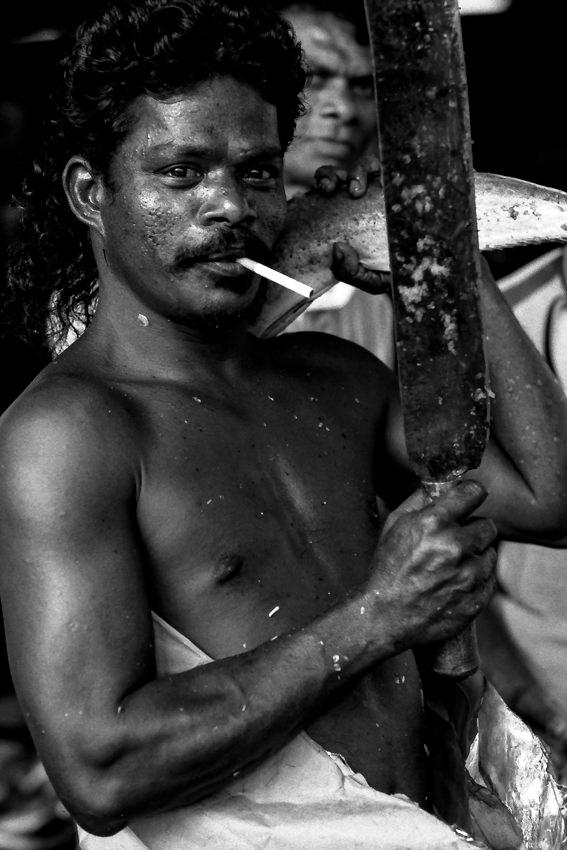 咥え煙草でポーズを決める男