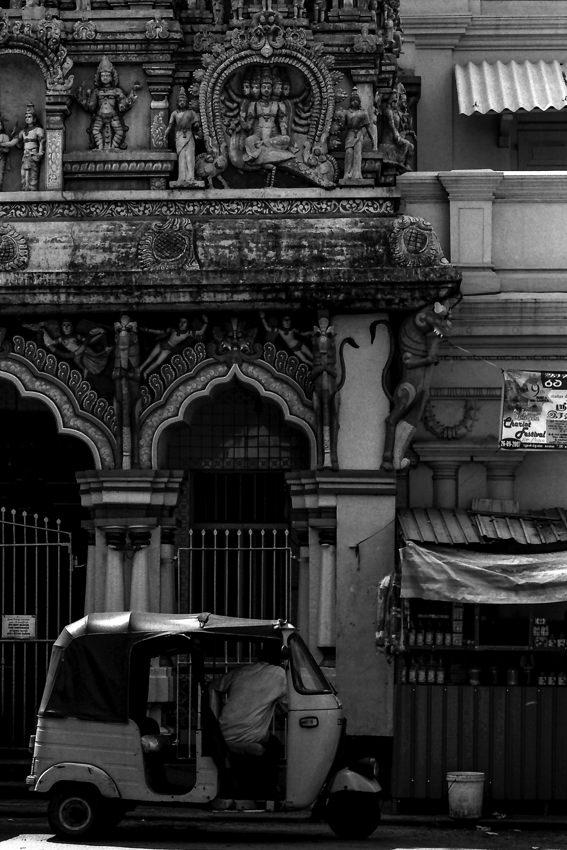 ヒンドゥー寺院の前のスリーウィーラー