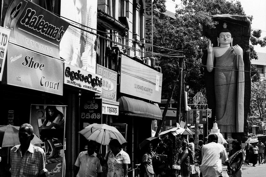 繁華街に立つ仏像