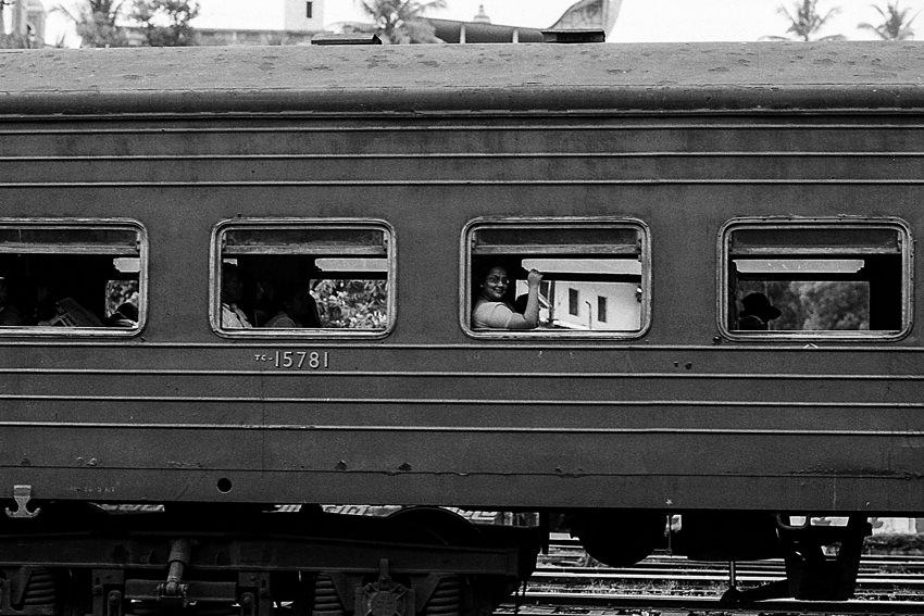 列車の窓から外を眺める女性