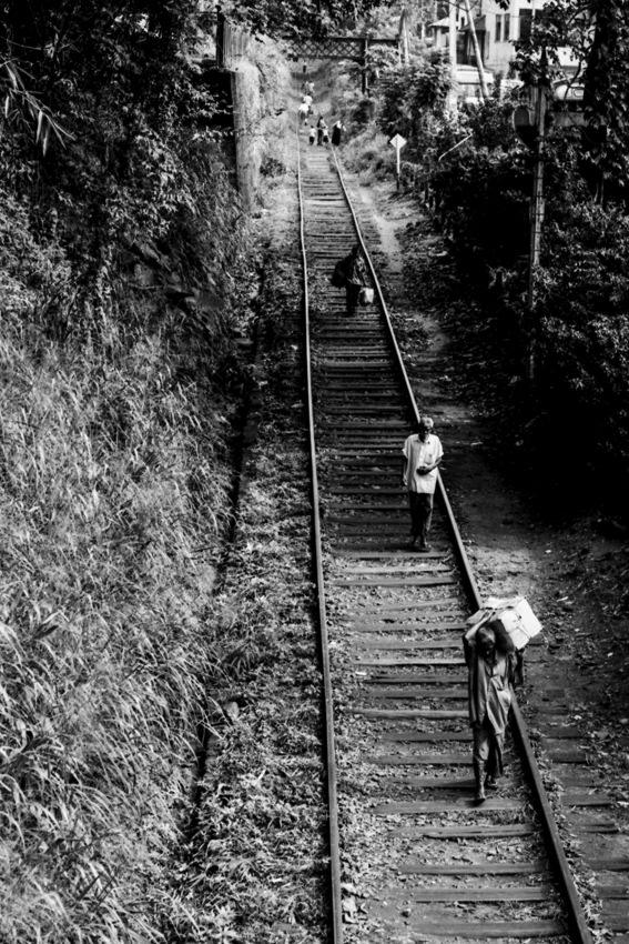 線路の上を歩く人々