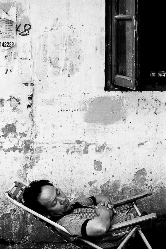 リクライニングチェアで寝る男