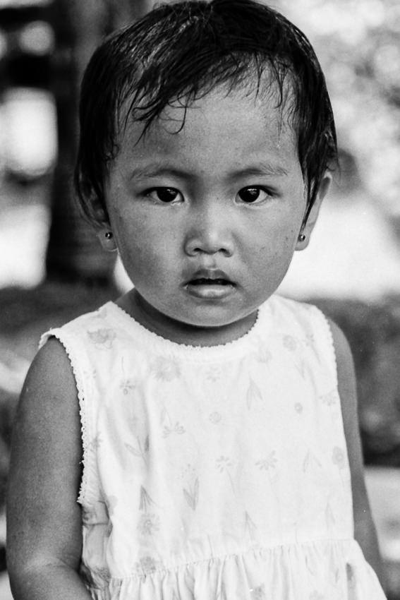 耳にピアスを付けた幼い女の子