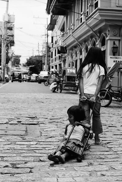 引きずり回す女の子 (フィリピン)