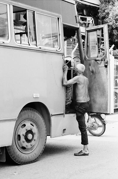 大きなトラックに乗り込もうとしていた年配の男