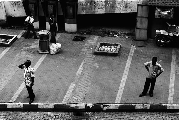 歩道の端に立ち止まった二人の男