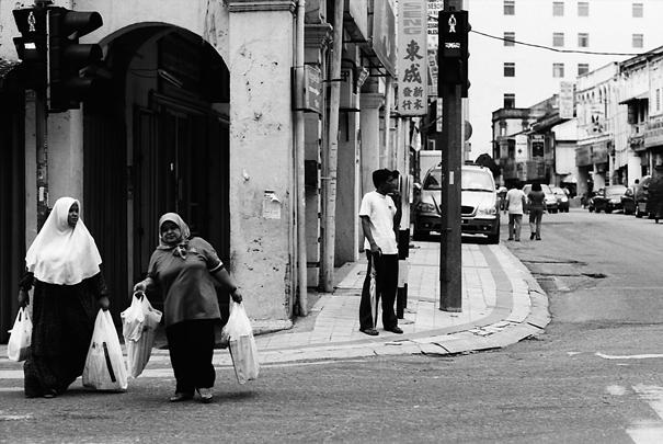 道を横断する小太りの女性
