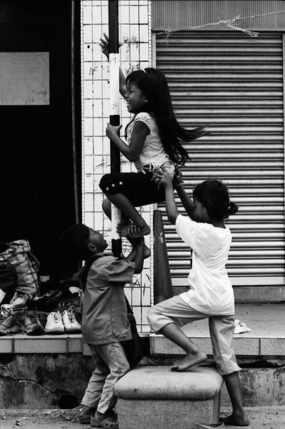 蚤の市で遊び回る子どもたち