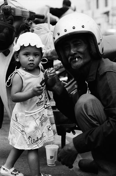 幼い女の子とおじいさん
