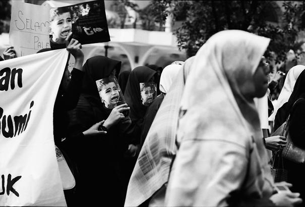 ビラを持ったデモの参加者たち