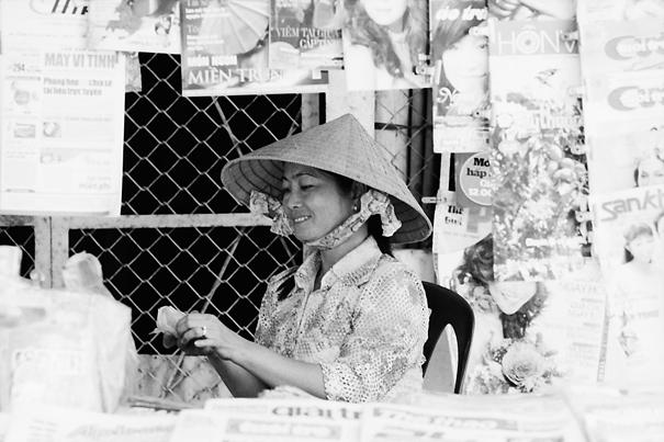 キオスクの中で働く若い女