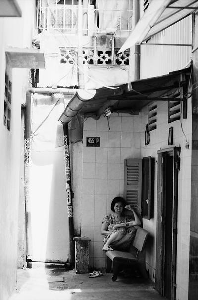 窓の前で読書していた女