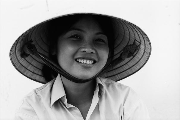 編笠を被った笑顔の若い女