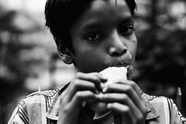 マンゴーを齧る男の子