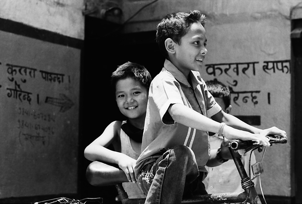 自転車の周りで遊んでいた男の子