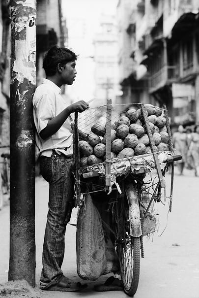 道路脇でマンゴーを売っていた青年