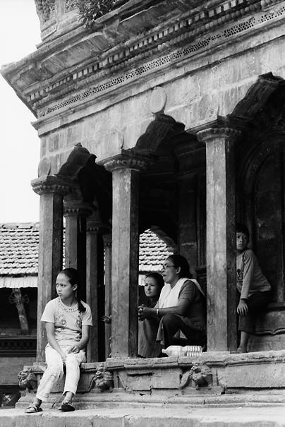 クリシュナ寺院で休憩する家族連れ