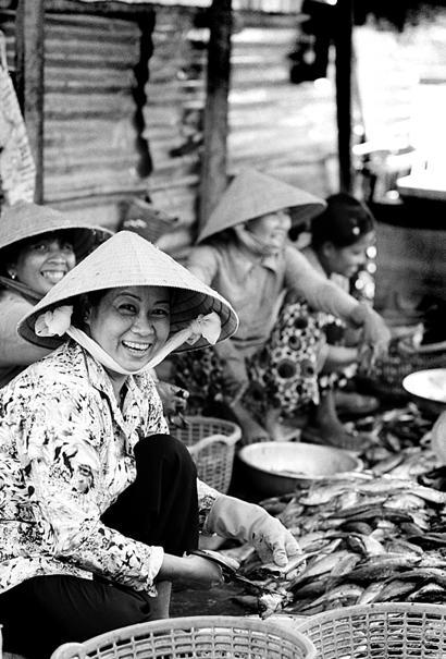 水揚げされたばかりの魚を捌く女たち