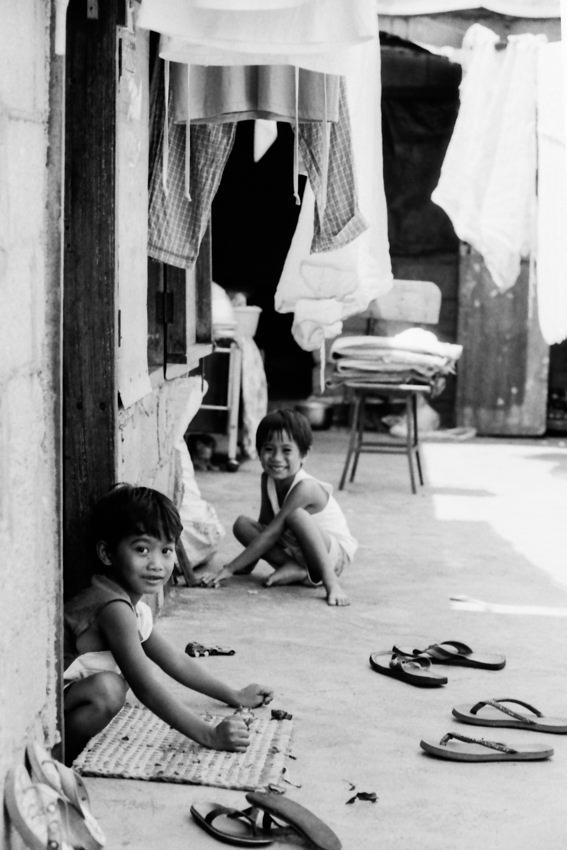 家の前で遊ぶふたりの男の子