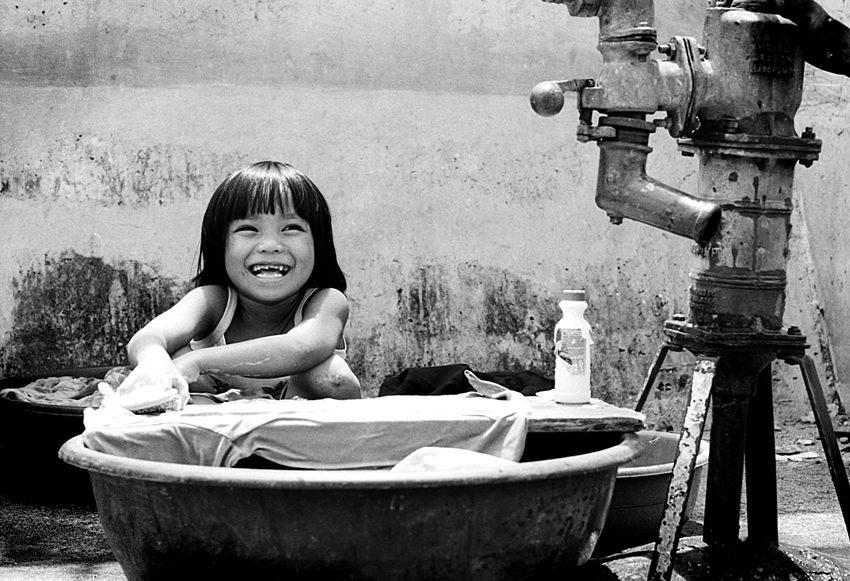 洗濯する女の子
