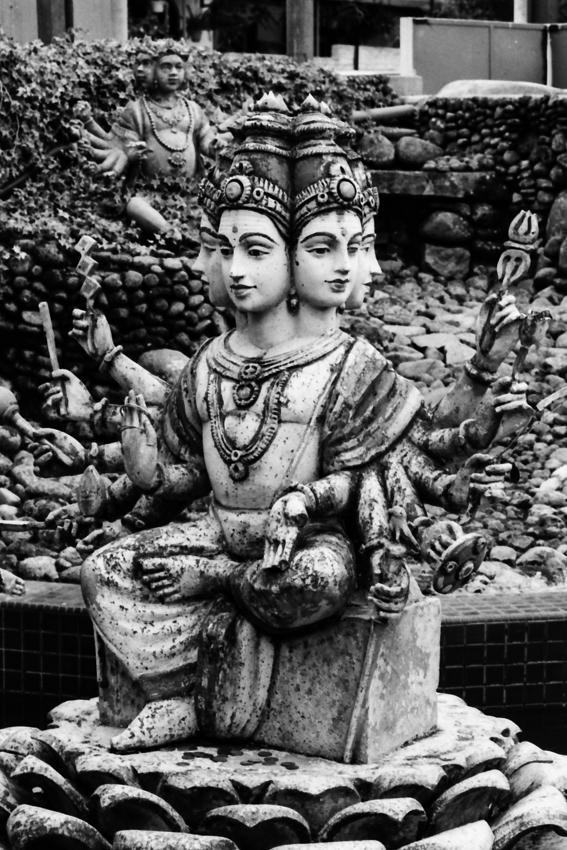 沢山の顔と手を持つヒンドゥー教の神様