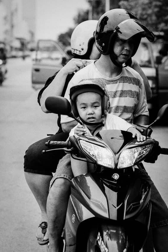 バイクに三人乗りしていた家族連れ