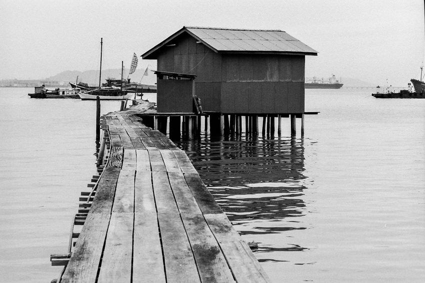 海に伸びる桟橋の先に建つ家