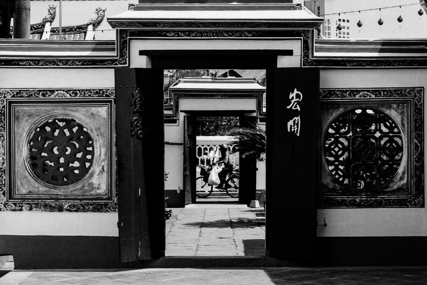 青雲亭の門の外を走る自転車