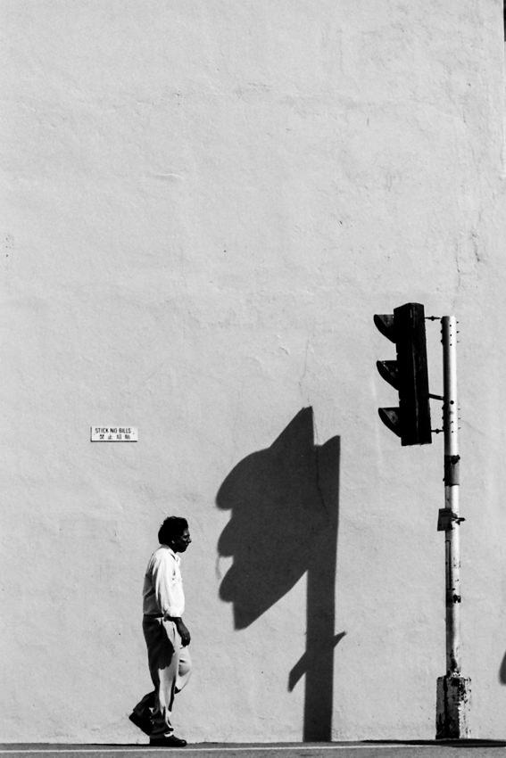 壁に浮かんだ信号機の影