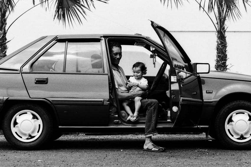 自動車の車内にいたお父さんと幼い娘