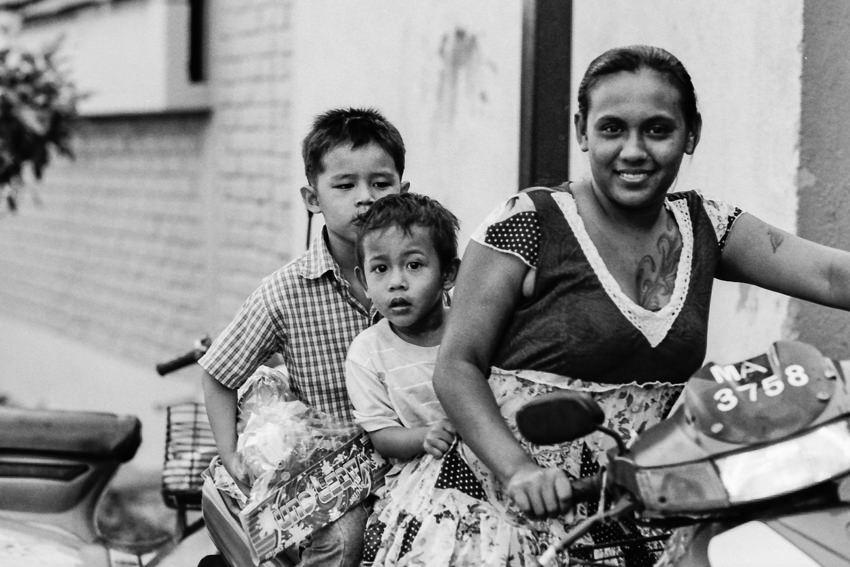 息子二人と一緒にバイクに三人乗りしていたお母さん