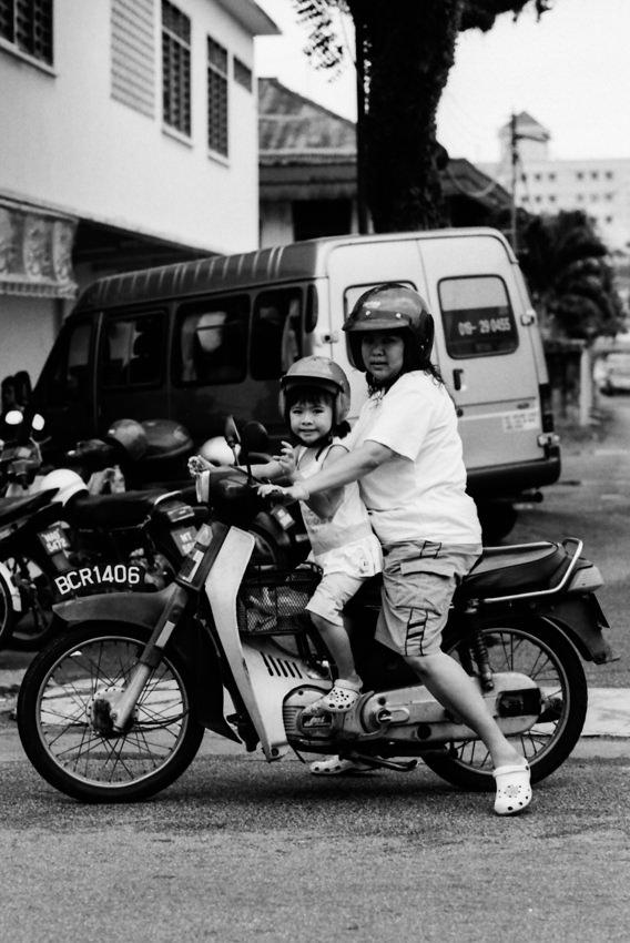 バイクに二人乗りしたお母さんと娘