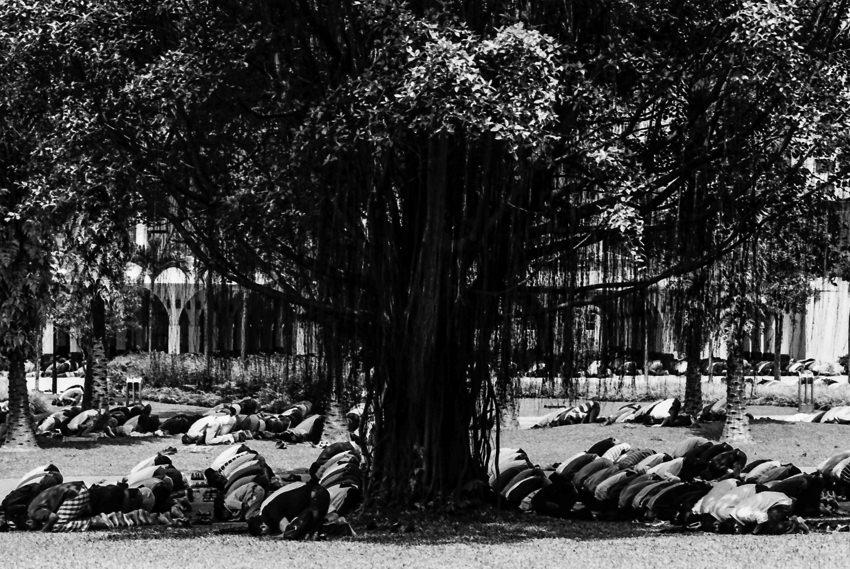 地面にひれ伏してお祈りするイスラム教徒