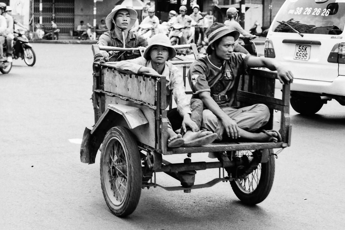 ベトナム】 オート三輪の荷台に乗ったふたり   写真とエッセイ by ...