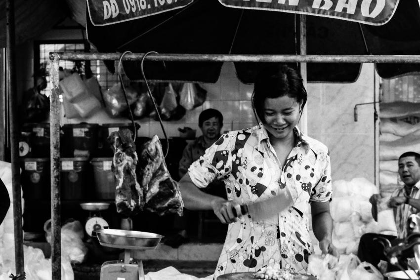 肉を捌く若い女性の肉屋