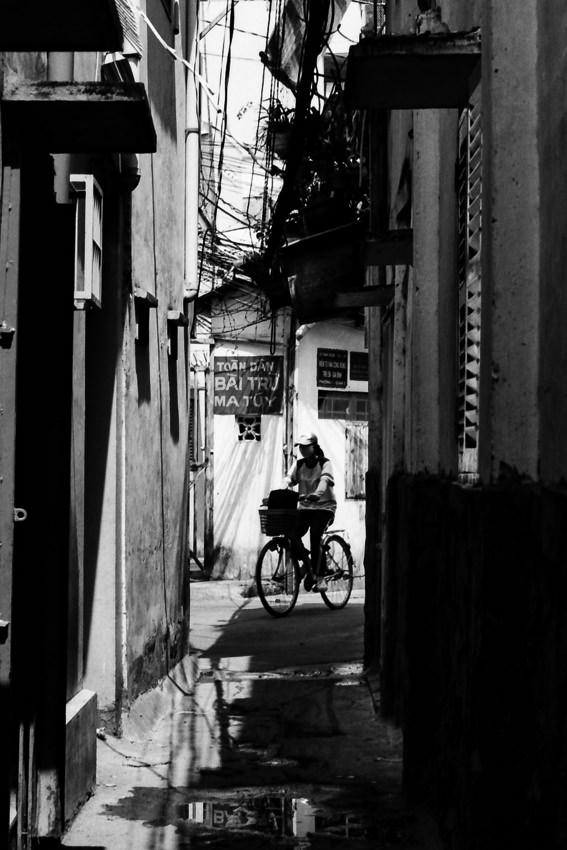 路地の先を走る自転車